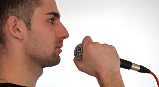 Ne a mikrofon fejét fogjuk!